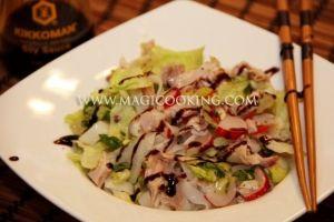 Вьетнамский салат с рисовой лапшой.