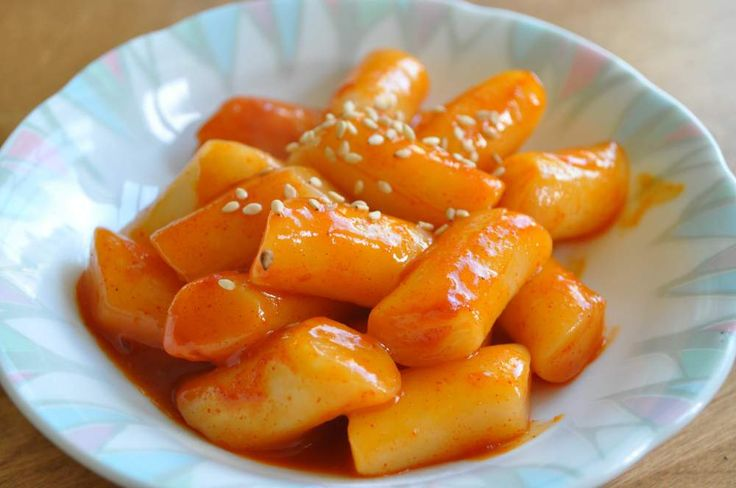 Ddukbokki/Tteokbokki (Korean Spicy Rice Cake) - this is probably the most common street food you will see on Korean dramas. Sold on street carts, you will also always see a steaming oden soup next to it. Gotta try this version because it's soooo simple to make!!    | Kimchimari.com
