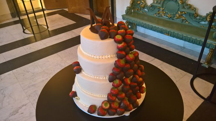 Een strakke witte bruidstaart. Bekleed met over heerlijke zoete aardbeien. De aardbeien zijn door gehaald door de pure chocolade. De taart is gevuld met een frisse aardbei, frambozen vullen. En om het helemaal af te maken een pure chocolade toppen met de initialen van het bruidspaar. Benieuwd wat de mogelijkheden allemaal zijn bezoek onze website 123gabak.nl