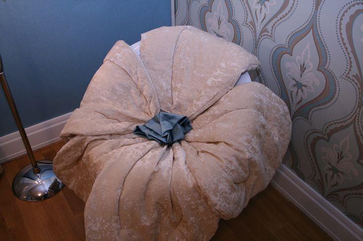 На обычное круглое кресло мы сшили чехол  в виде цветка с лепестками из бежевого бархата