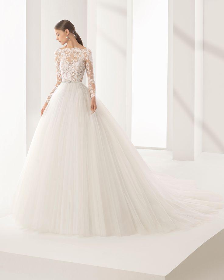 Vestido de novia princesa con cuerpo de encaje con transparencia y falda de tul, escote barco y manga larga. Colección 2018 Rosa Clará Couture.