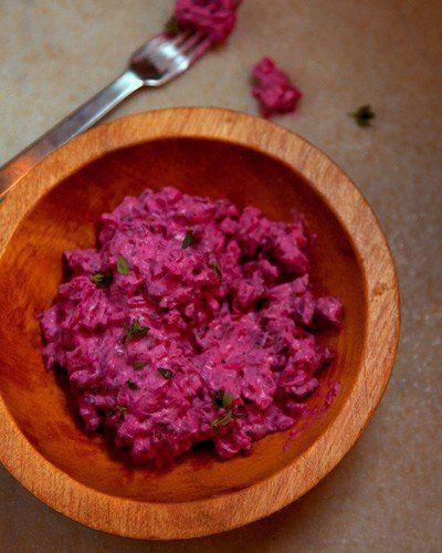 Сельдь по-шведски Ингредиенты: свекла240 гр. крупная соль1/2 стакан вода1 стакан сахар1 стакан винный уксус3/4 стакан размельченная гвоздика1 ст. л. лавровый лист5 шт. палочка корицыпо вкусу белый перец1/2 стакан пара зубчиков чеснокапо вкусу красная луковица1 шт. яблоко1 шт. картошка120 гр. филе селедки120 гр. сметана1/3 стакан порубленный шнитт-лук1/4 стакан порубленный укроп1/4 стакан соль и перецпо вкусу несладких взбитых сливки1/3 стакан