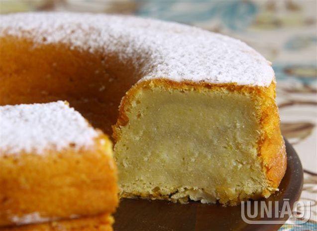 Bata o açúcar com as gemas até dobrar o volume. Acrescente a margarina e continue batendo até obt...