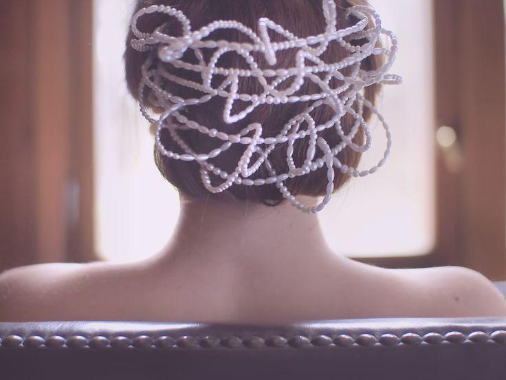 Jedna z největších ozdob z dílny Sebies - vhodná na svatby nebo k plesovým šatům s bílými prvky. #elegance #perličky #sebies