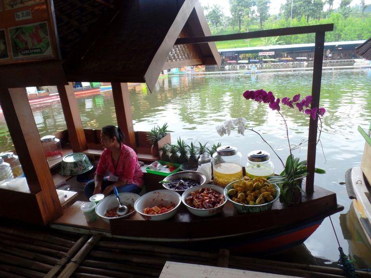 Die Verkäufer auf den Booten verkaufen am Floating makrket in Lembang viele verschiedene Leckereien #lembang #indonesia #guide