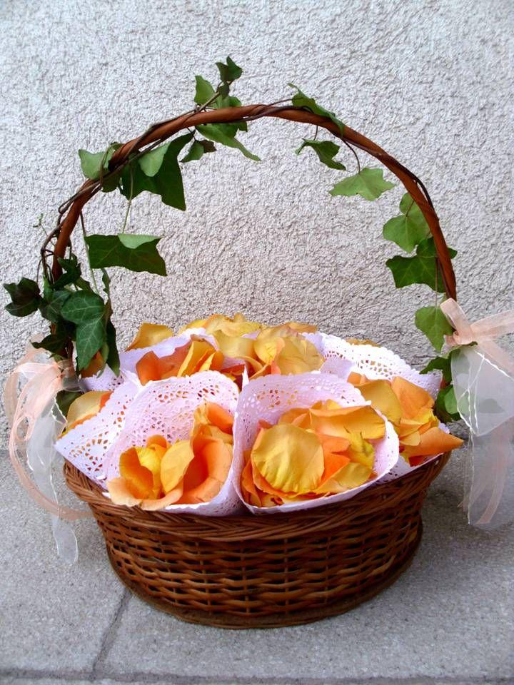 Cesta pétalos en conos Flores y Piedras www.floresypiedras.cl