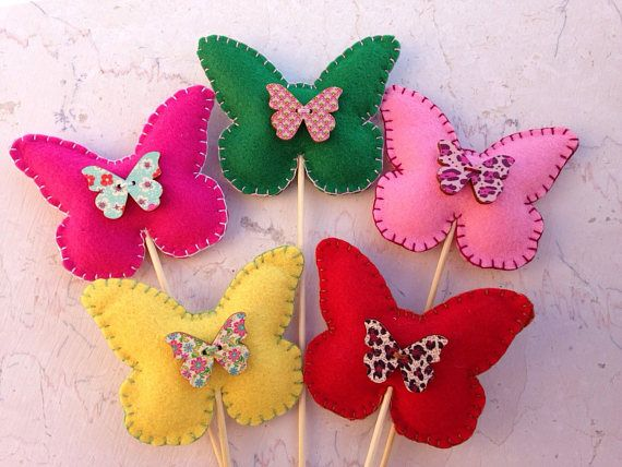 Fucsia handmade butterfly with light green stitching decorated with a little wood butterfly. Available in many colors (both the felt and the wood), please contact me for more information! The butterfly has a removable stick, if you want you can chose to order it with a clothespin. Size of