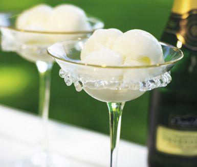 Champagnesorbet med mynta är obeskrivligt gott. Det är en mycket festlig och lyxig dessert. Den bedårande sorbeten blir helt perfekt i sällskap av myntan.