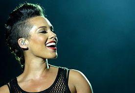 """31-Jul-2014 9:19 - ALICIA KEYS IS OPNIEUW ZWANGER. Alicia Keys is weer zwanger. Ze verwacht haar tweede kindje. Dat maakte de zangeres op Instagram bekend. """"Gelukkig verjaardag voor de liefde van mijn leven!! En om het nog mooier te maken: we zijn gezegend met nog een engeltje dat er aankomt!! Jij maakt mij gelukkiger dan ik ooit had kunnen denken. Op nog heel veel meer mooie jaren van het beste deel van mijn leven!"""" schrijft Keys bij een foto van haarzelf met haar man Swizz Beats. Het..."""