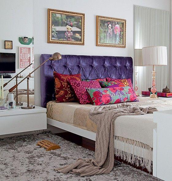 Desenhada pela designer de interiores Maristela Gorayeb, a cama tem uma base central em vez de pés nas extremidades, o que facilita a circulação. A cabeceira roxa de chenile, executada por Lilian Capotorto, chama bastante a atenção