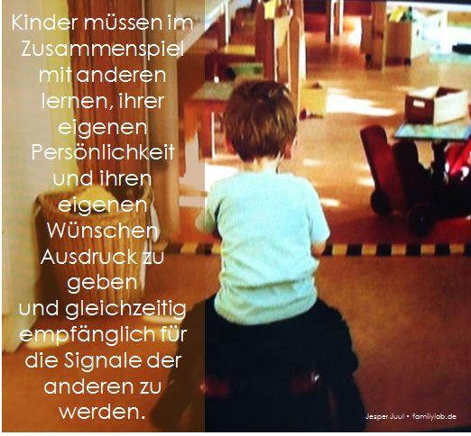 Kinder müssen im Zusammenspiel  mit anderen lernen, ihrer eigenen Persönlichkeit und ihren eigenen Wünschen Ausdruck zu geben  und gleichzeitig empfänglich für die Signale der anderen zu werden. Jesper Juul • familylab.de