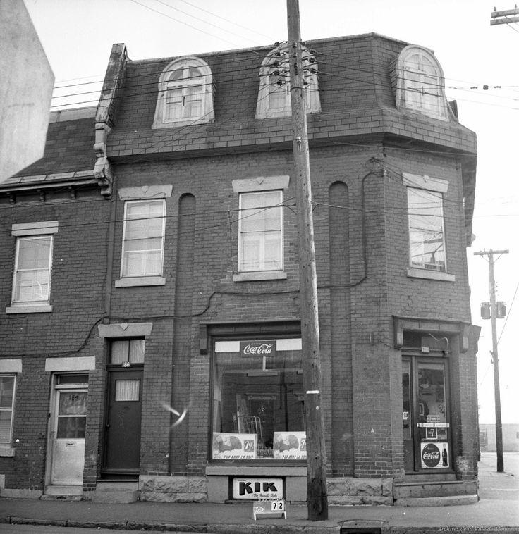 https://flic.kr/s/aHsjKYpoag | Les quartiers disparus de Montréal : Victoriatown (Goose Village). 17 octobre 1963. | Déposé en 1954, le rapport Dozois identifie 13 zones à considérer pour la rénovation urbaine, parmi lesquelles Victoriatown, située entre la rue Mill, la rue Bridge et l'actuel emplacement de l'autoroute Bonaventure (autrefois occupé par la rue Riverside et le chemin de fer au sud). Nommé ainsi en raison de la proximité du pont Victoria, le secteur est également appelé Goose…