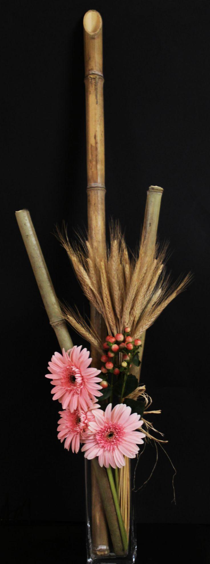 Arreglo gazanias, espigas de trigo y palos de bambú