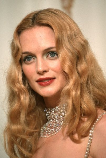 2000 Academy Awards: Heather Graham wore a 50 ct. diamond briolette choker by Fred Leighton #AcademyAwards #HeatherGraham #diamonds #FredLeighton