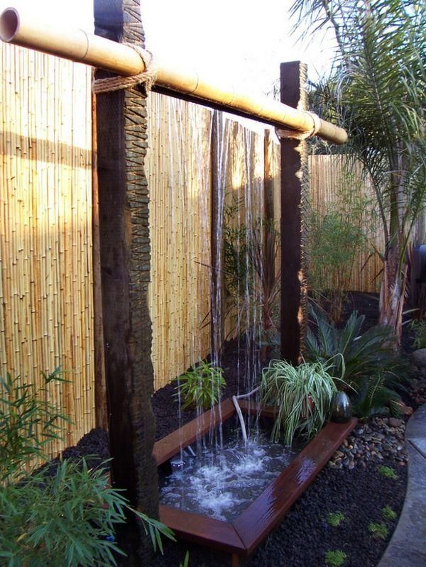 bassin d'eau décoré avec des bambous