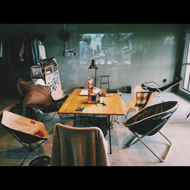 hira2222さんの、ダイニングテーブル,チェア,プロジェクター,シアタールーム,ブランケット,フォトグラファー ,コンクリート打ちっぱなし,土間,カリフォルニアスタイル,アウトドア用品,アウトドア部,秘密基地,コーヒー,アンティーク,一人暮らし,ハンドメイド,メンズ部屋,リノベーション,アウトドアインテリア,団地リノベーション,山小屋カフェ風,アウトドア,Overview,のお部屋写真