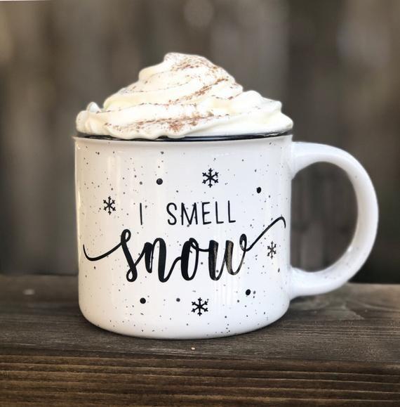C Est Une Tasse 15 Oz De Feu De Camp En Ceramique Qui Est Parfaite Pour N Importe Quelle Occasion Confortable Si Vou Mugs Christmas Aesthetic Christmas Mugs