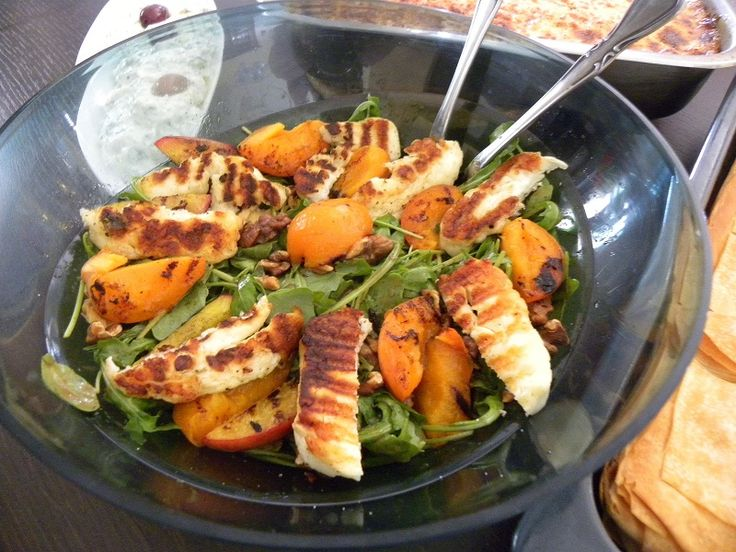This rocket salad with fried halloumi, figs or peaches and walnuts is so delicious it could star as the main attraction on your dinner table. #rocket_salad #figs #peaches #halloumi