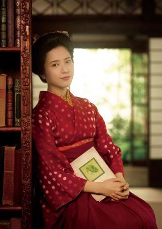 """あす31日よりNHK連続テレビ小説『花子とアン』(毎週月~土 前8:00 総合ほか)がスタートする。女優の吉高由里子が主演する同作は、『赤毛のアン』を日本で初めて翻訳し、世に出した村岡花子の波乱万丈の半生記。29日まで放送された杏主演の『ごちそうさん』と時代はかぶるが、主人公の境遇はだいぶ異なる。<br/><br/> 『ごちそうさん』のめ以子は""""食べる""""ことで自分も周りの人たちも元気にするヒロインだっ...<br/>"""