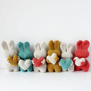 Valentin est un petit lapin vite crocheté, un amigurumi à multiplier de toutes les couleurs et à offrir sans compter. Crochet pattern by AnisBee