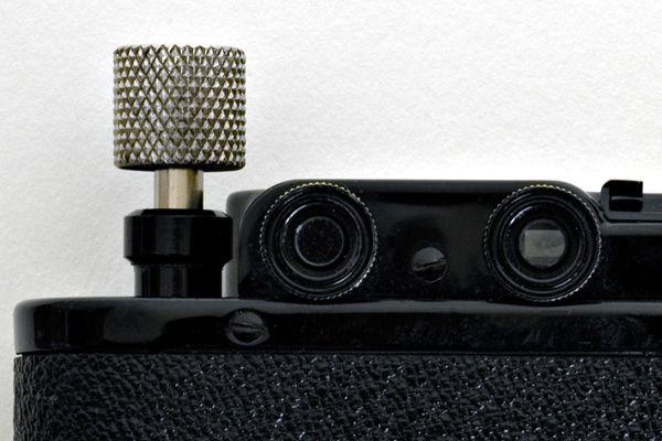Oeilleton de télémètre et oeilleton de visée séparés sur un Leica II.