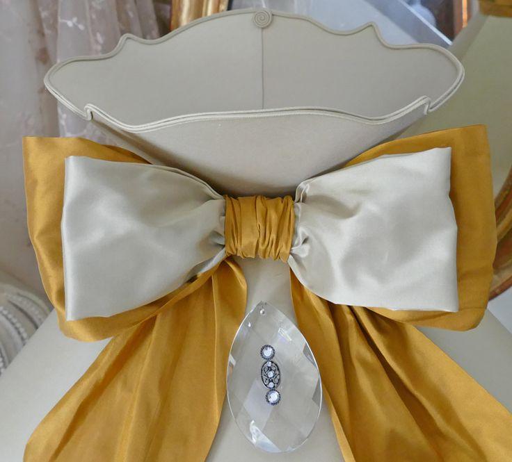 Abat-jour de forme gustavien, collerette et nœud, de grande taille tout en soie, belles finitions. Lampshade custom made shabby chic french boudoir