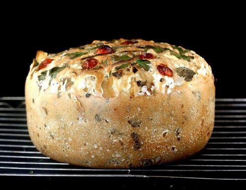 Una increíble Pot Tabulé pan.  La masa se mezcla, resucitado y se cuece en una olla!  Puede mezclarse en lo que quiera.  He mezclado en el trigo, cáscara de limón, ajo y otros ingredientes tabbouleh para éste olla pan tabulé!