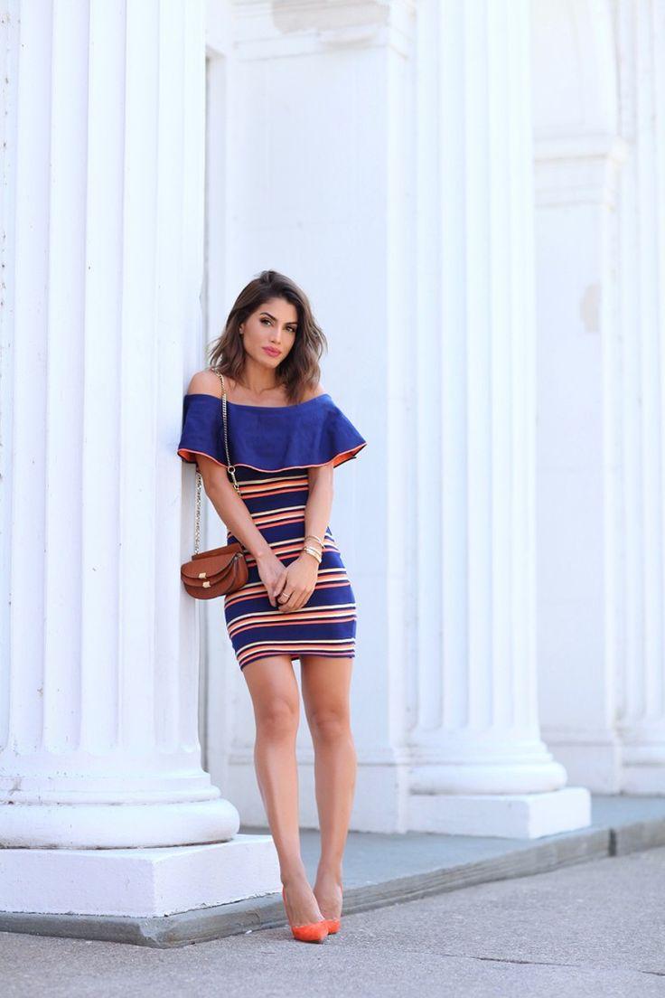 Look da Camila Coelho com vestido azul de listras e scarpin laranja, com bolsa marrom