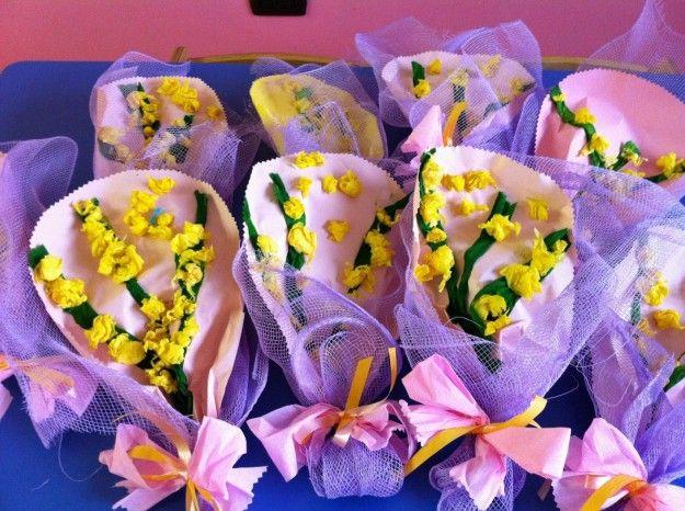 Mazzi di mimose cartacee