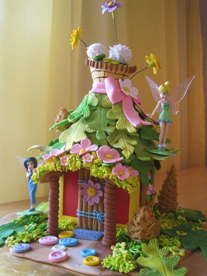 Tinkerbell cakes — Birthday Cakes. Gâteau carré plus moule (demi rond) de poupée par-dessus pour faire le toit, couvert de feuilles en fondant.