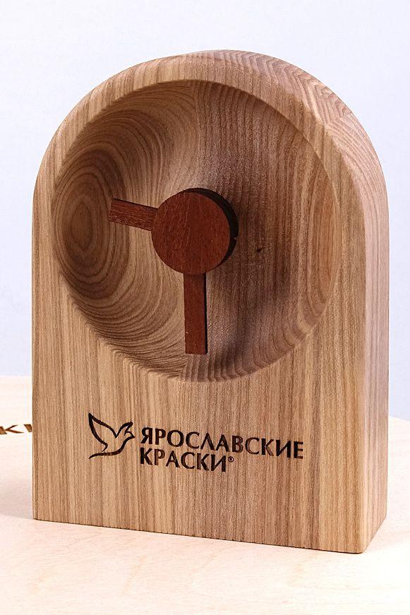 Настольные часы из дерева.