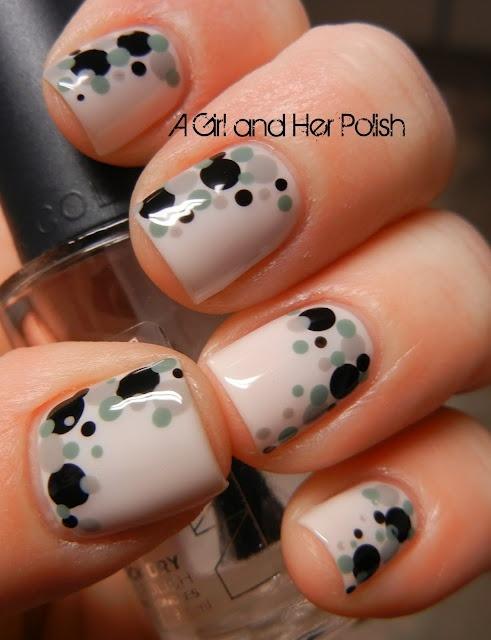 uñas blancas transparente con diseños grises