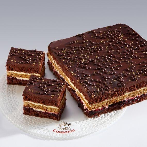 Ciasto Marysieńki Ciasto czekoladowe z delikatnym kremem maślanym oraz dużą ilością orzecha włoskiego. Wyjątkowego smaku dodaje niewielka ilość konfitury z czarnej porzeczki rozłożonej na dolnej warstwie ciasta czekoladowego.