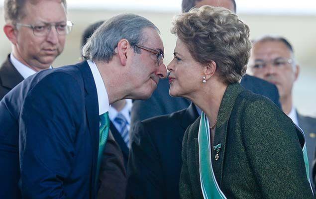 Dilma cumprimenta o presidente da Câmara, Eduardo Cunha, em cerimônia comemorativa do Dia do Exército, em Brasília (DF)