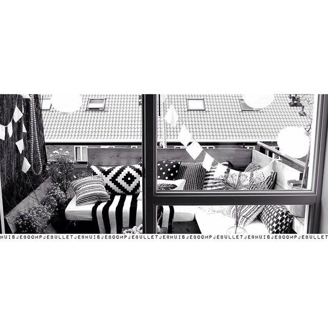 Mijn lijf heeft er vandaag geen zin in dus dan maar lekker ontspannen op ons fijne balkon. Nogmaals bedankt voor jullie lieve reacties! ✖️#balkon #bank #summer #slingers #zomer #zwartwit #ontspannen #onsbalkon #kussens #kijkjeindetuin #ikeanl #lampionnen #lampion #xenos #hema #showhometop5