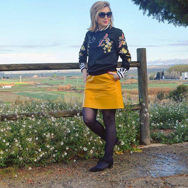 SUDADERA BORDADA - Un vestidor con ideas #fetishpantyhose #pantyhosefetish #legs #heels #blogger #stiletto #pantyhose #collant #black
