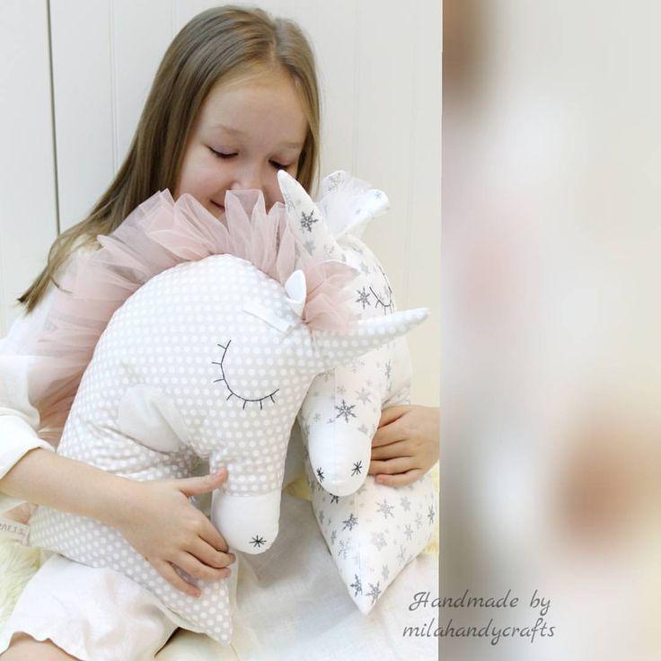 """Polubienia: 67, komentarze: 9 – Юля (@milahandycrafts) na Instagramie: """"Подушечки Единорожки для маленьких принцев и принцесс... Размер 30×40. Выполнены из импортного…"""""""