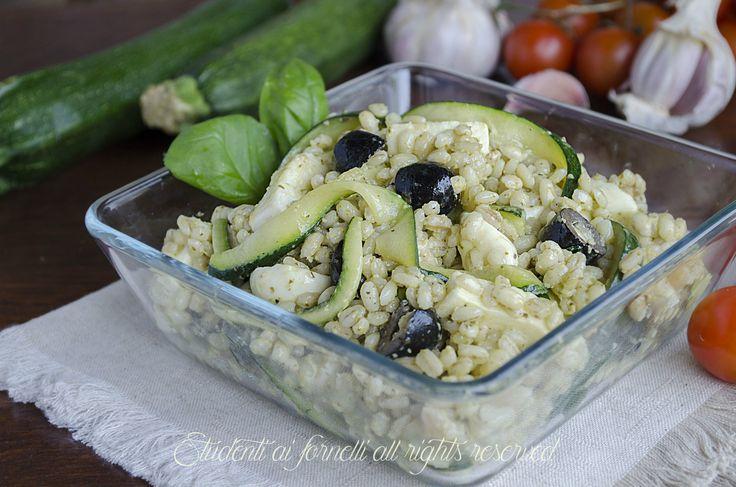 L'orzo freddo al pesto con zucchine e mozzarella è un primo piatto freddo estivo, ideale nelle calde giornate d'estate per pranzo o a cena.