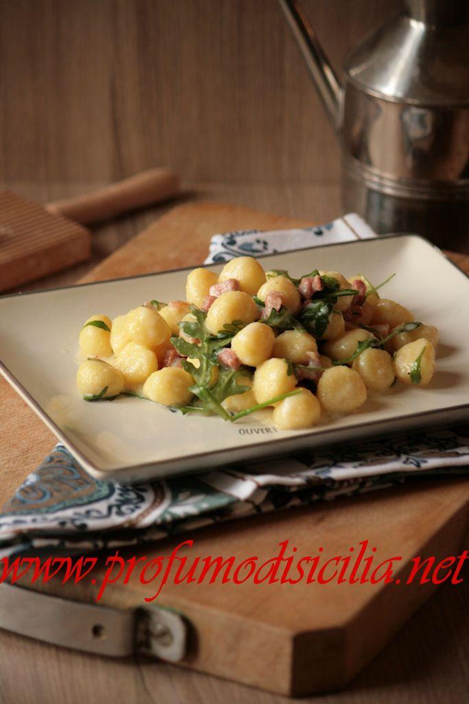 Gnocchi di patate con pancetta e rucola avvolti da crema di crescenza