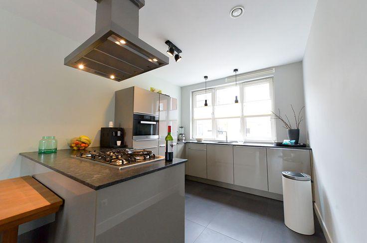 Een strakke keuken, maar toch sfeervol. Er is gekozen voor een schiereiland en veel opbergruimte. Keukendealer: www.barthenkeukendesigncenter.nl