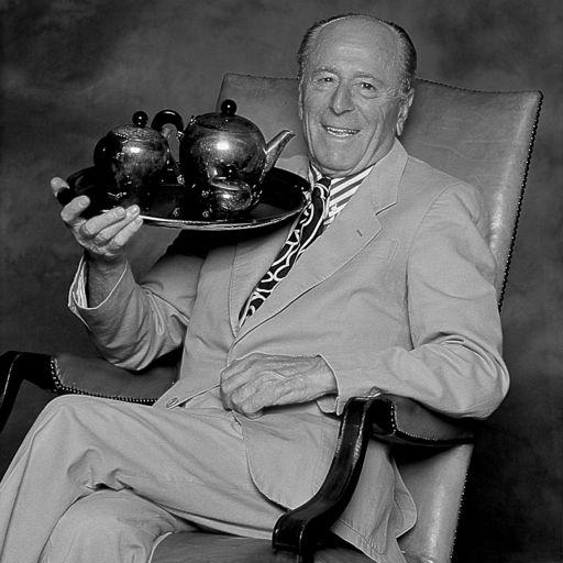 """Carlo Alessi - Carlo Alessi wurde 1916 in Granerolo geboren. Er hat am Institut OMAR in Novara Technisches Design studiert. Schon als junger Mann war er in der Industriewerkstatt für Haushaltswaren aus Metall, die von seinem Vater 1921 gegründet worden war, tätig. Ab Mitte der 30er Jahre zeichnet er für ein Jahrzent lang viele der Alessi Objekte, unter anderem die Serien """"Ottagonale"""", """"Scalini"""", """"Cilindrica"""" und die berühmte """"Bombé"""