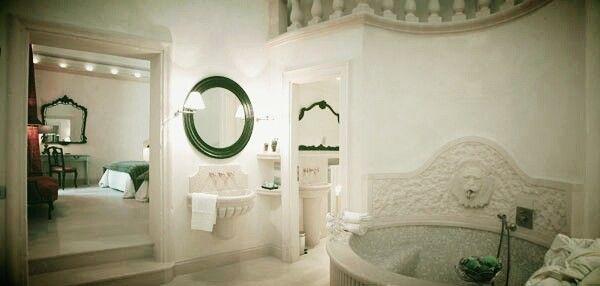 Complementi d'arredo in tufo per dare importanza ad una toilette regale