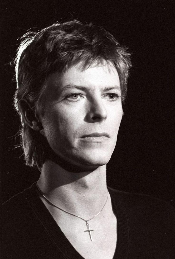David Bowie, 1977 Je n'ai jamais été naturellement en avance sur mon époque, j'ai lutté pour le devenir. J'avais horreur de la routine et j'étais porté par l'adrénaline. J'étais un de ces jeunes Londoniens de Soho qui se bourraient d'amphétamines. Même aujourd'hui, je ne sais pas me détendre. Je n'ai pas dormi depuis trois jours et ne le ferai sûrement pas les deux prochaines nuits. (Disc, 1972)