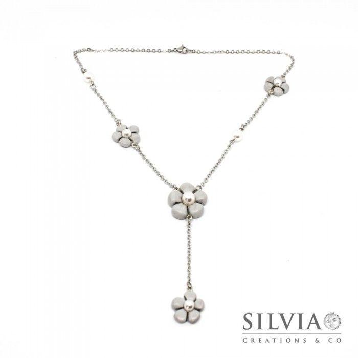 Collana a rosario con fiori grigi e perle bianche