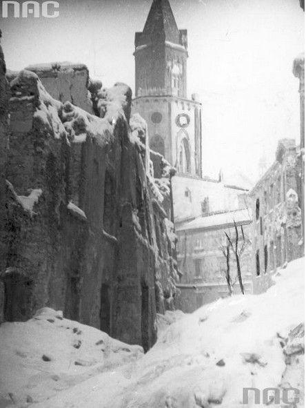Zniszczone budynki przy ul. Jezuickiej. W tle Brama Trynitarska.