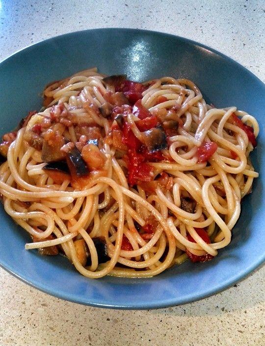 Spaghetti con seppie melanzane e pomodoro