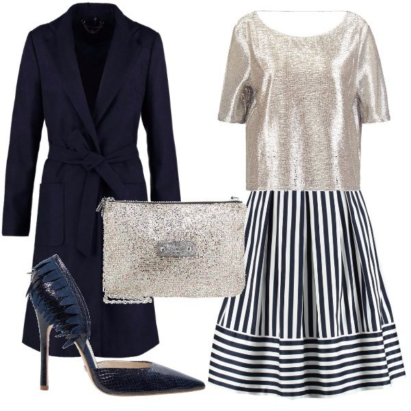 Gonna a campana con fantasia rigata bianca e blu, maglia ampia con apertura sulla schiena, cappotto classico blu scuro, tacco alto blu lucido con inserti. pochette dorata come la maglia.