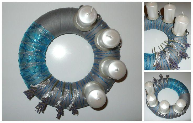 Věnec-modro-šedo stříbrný Adventní věnec na Váš stůl. Trošku netradičně pojatý voňavý věnec v zimní modro šedo-stříbrné kombinaci, s levandulí ze zahrádky a ostříbřenými kousky kapradí.