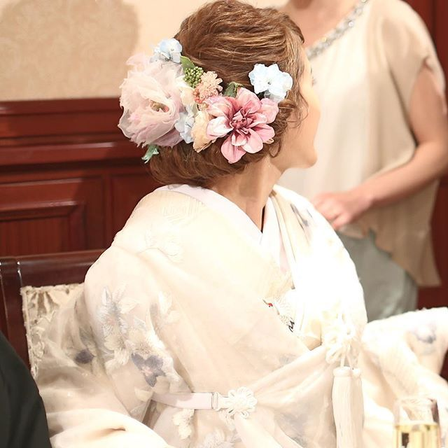 頭のお花は造花です♡  今日から翔ちゃんが二泊三日長野市に出張で1人でお留守番くすん  市役所いって転出とどけもらって 郵便局で引っ越し先の転送サービスしてこなくちゃ  全部初めてのことでわけわからん  #wedding #weddigitem #weddingdress #weddingreception #hair #hairstyle #flower#me#新和装 #白無垢 #和装 #ウェディングレポ #ウェディング #結婚式#結婚式レポ #洋髪#신부#나