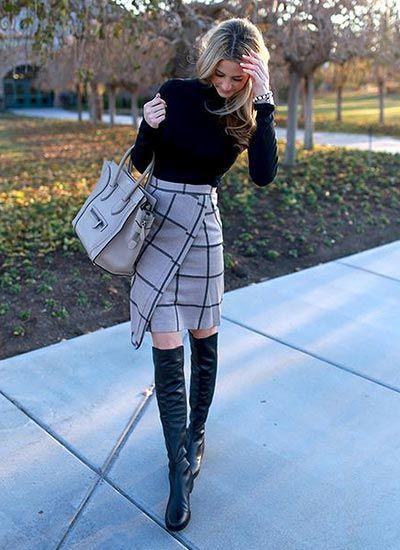 黒タートルネックセーター×格子柄スカートのコーデ(レディース)海外スナップ | MILANDA